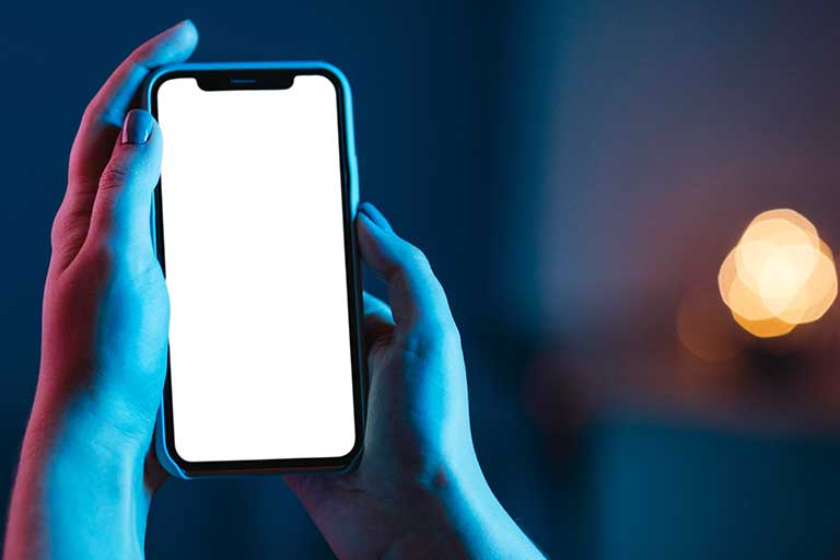 Lumina albastra emisa de ecranele noastre digitale sunt la fel de nocive precum razele UV ale soarelui.