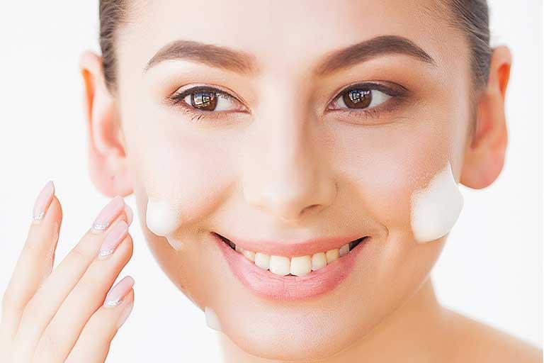Vorbim de drenajul limfatic si implicit notiunea de masaj facial ce ajuta la circulatia sangelui si a limfei, ultima continand toxine si deseuri celulare.