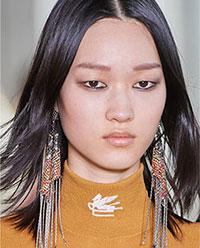 Franjurii creati din lanturi reprezinta una dintre cele mai importante tendinte bijuterii glam 2021 2022.