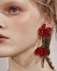 Indiferent de sezon, toti iubim florile, ele regasindu-se intre cele mai importante tendinte bijuterii 2021 2022, prin intermediul curelelor florale, a broselor cu flori de aur.