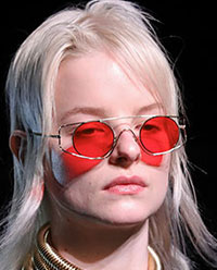 Luand locul galbenului, rosul s-a dovedit alegerea principala a caselor din moda in privinta lentilelor, o tendinta ochelari de soare 2021 2022 cu influente futuriste.