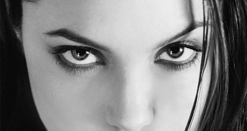 Fotografii de acum 20 de ani ale Angelinei Jolie scoase la licitatie